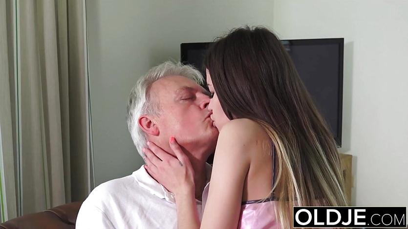 Дочка зашла в комнату отца чтобы трахнуться с ним
