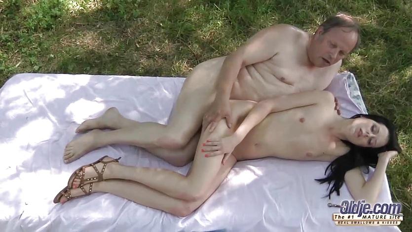 Пузатый отец выеб дочь на отдыхе на полянке