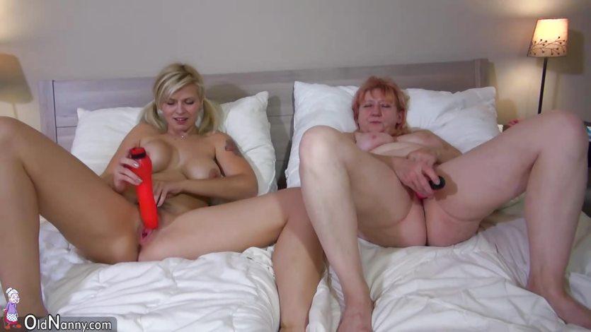 Дочь и мать занимаются маструбацией