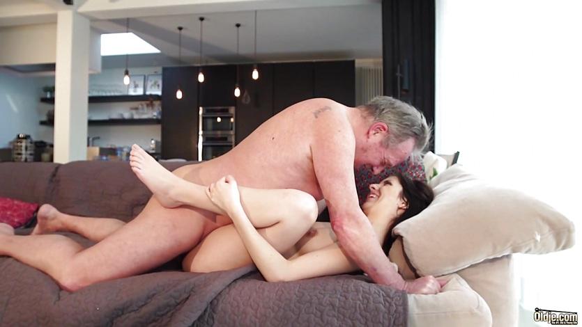Отец воспитывает дочку хорошей еблей в пизду